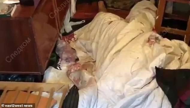 警方發現棉被內藏著一具已經被斧頭利器肢解只剩「中間軀幹」的男屍。