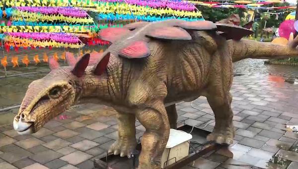 恐龍模型非常簡陋,也沒有廣告說的什麼龐大身軀的恐龍出現。(網圖)