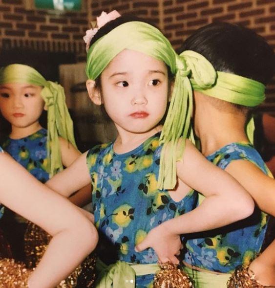 童年的IU已經五官標緻,甜美可愛。