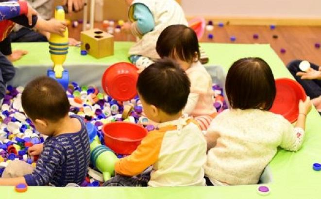 智樂兒童遊樂協會設計出「膠樽蓋池」,以膠樽蓋代替膠波,讓小朋友玩樂。智樂兒童遊樂協會提供
