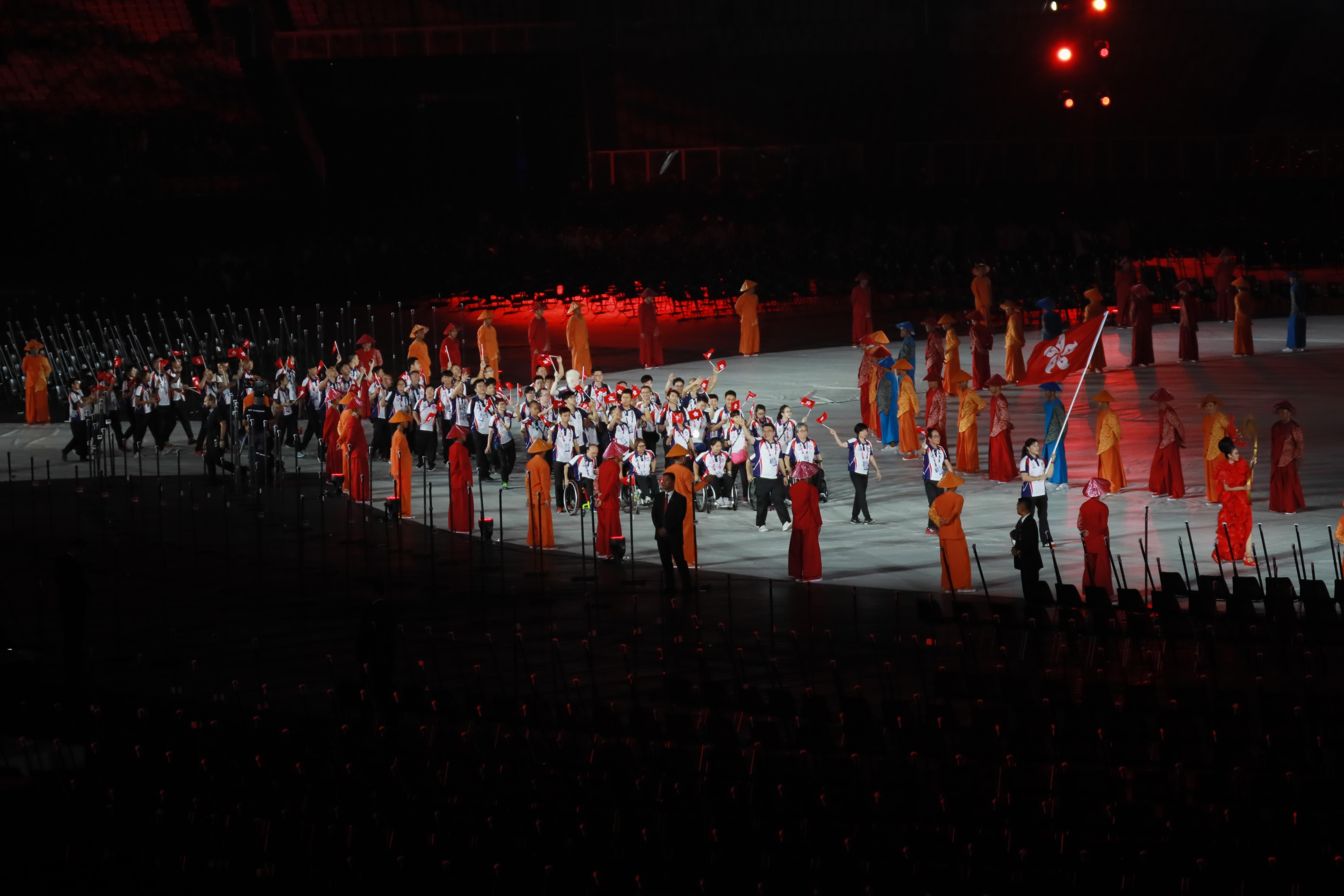 香港輪椅劍后余翠怡持旗進場 相片由殘疾人奧委會提供