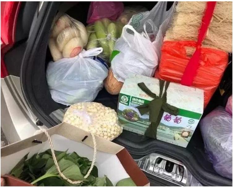 車箱內的物品全都是家人的心意。網圖