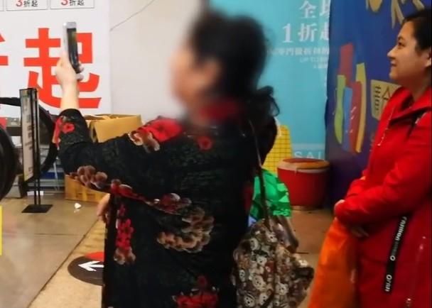 男童的家長為孩子拍攝影片。(網圖)