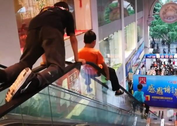 3名男童竟將商場的20米長扶手電梯當成滑梯。(網圖)
