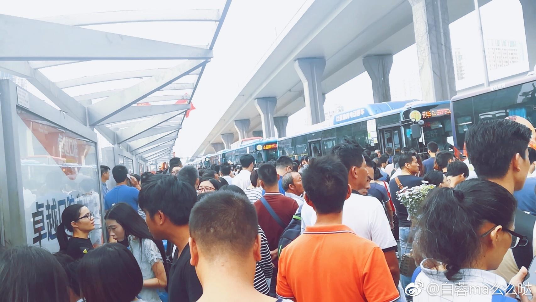 巴士站大排長龍。微博圖片
