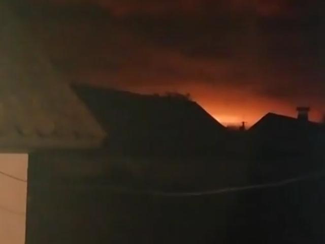 有居民拍攝到軍火庫疑發生爆炸,火光紅紅。 網圖
