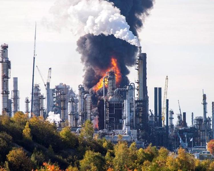 加拿大最大的炼油厂发生猛烈爆炸。网图
