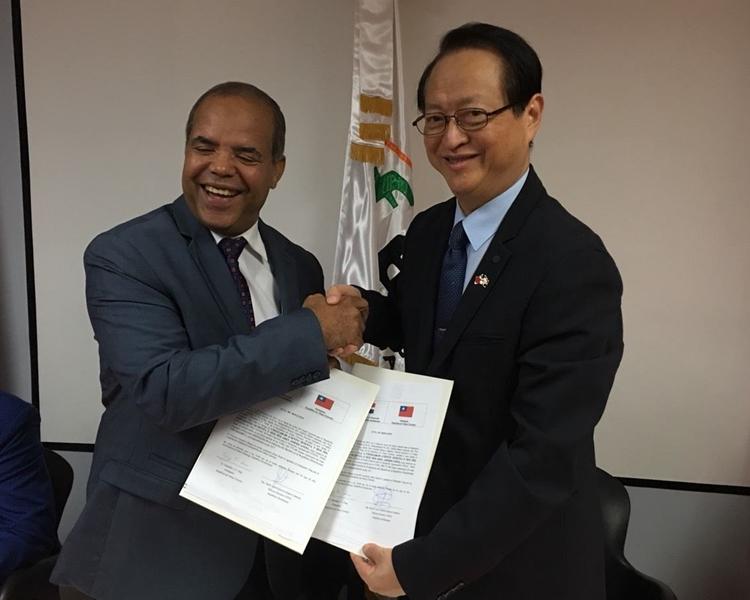 湯繼仁(右)。台灣外交部圖片