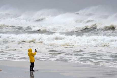 飓风「迈克尔」在佛州墨西哥海滩登陆后威力增强。