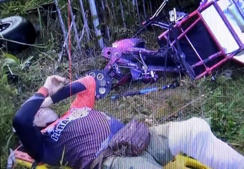滑翔傘拖載的車架撞至變形,男遊客及飛行員受傷。 網圖