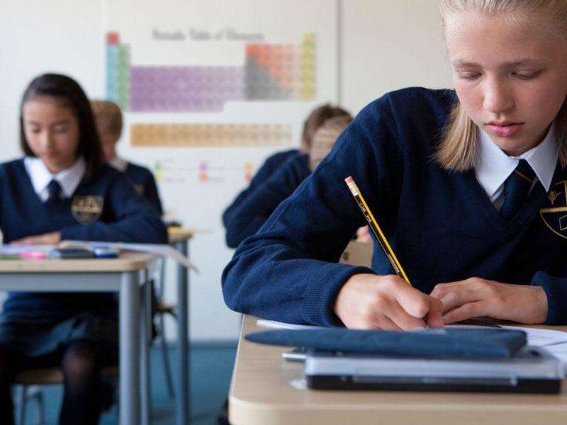 兒童慈善機構調查顯示,英國有3分之1受訪的女孩在穿校服時,在公共場合遭到性騷擾。(網圖)