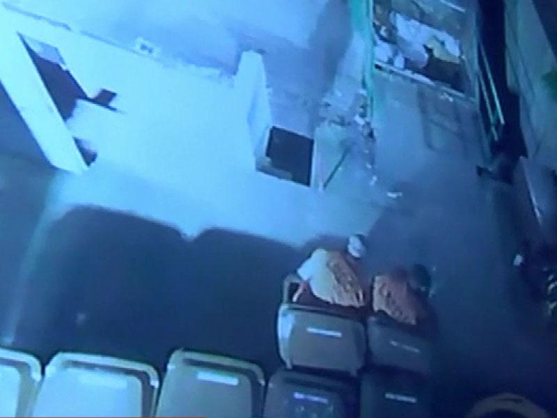 兩名囚犯躲在垃圾桶內越獄。(網圖)