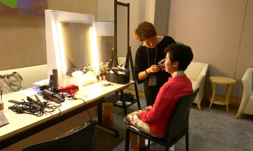林鄭月娥為晚上出席電視直播論壇作準備。影片截圖