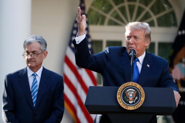 特朗普(右)表示,不會開除儲局主席鮑威爾(左)。美聯社資料圖片