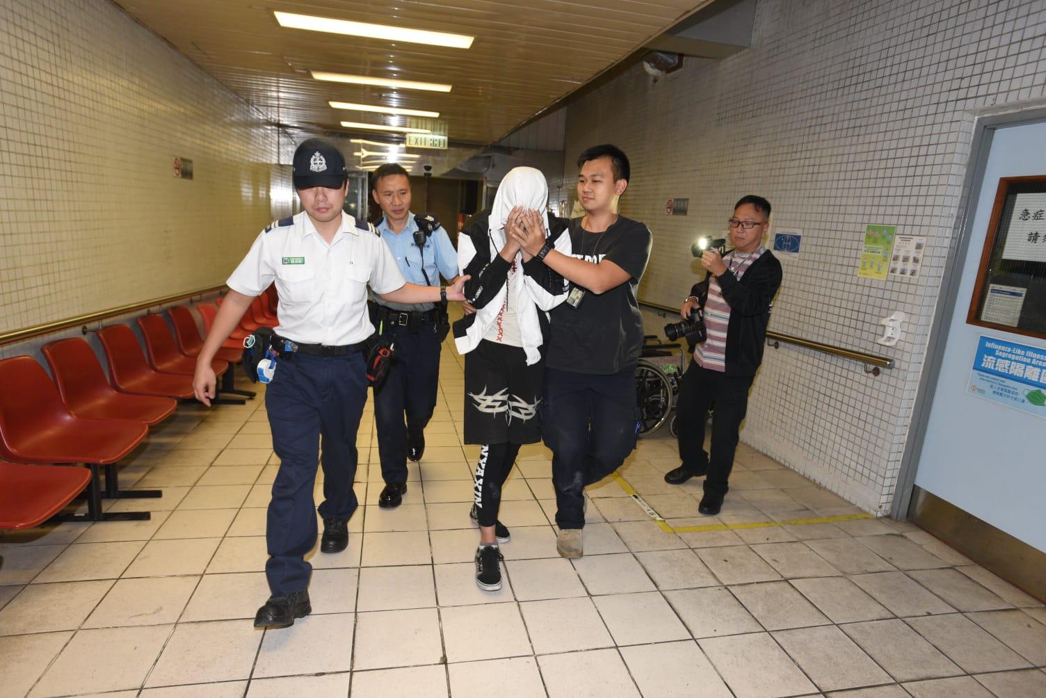 男事主由警員陪同下送院檢驗。
