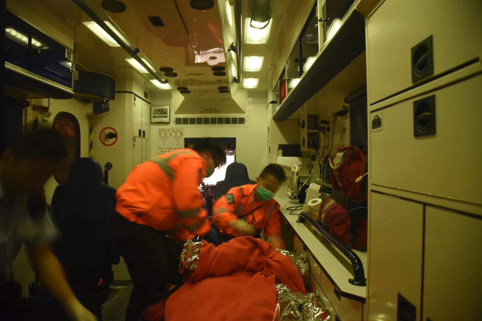 老婦由救護車送院。