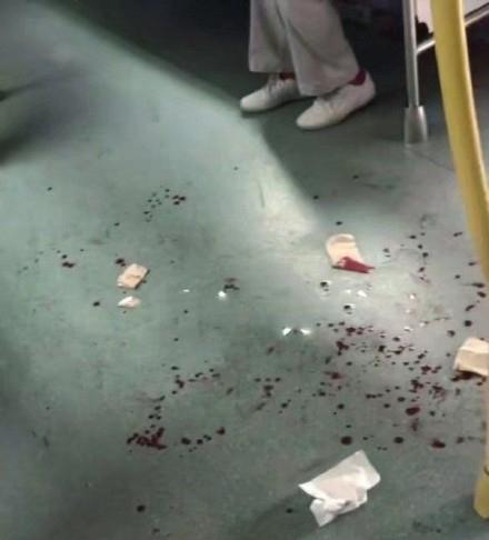 地鐵車廂濺滿男子的鮮血。(網圖)