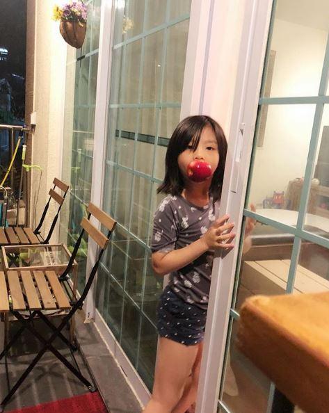 Reina叫Simsim將頭髮夾好,結果囡囡神回:「我依家唔係做正經嘢,唔想扮正經囉」。