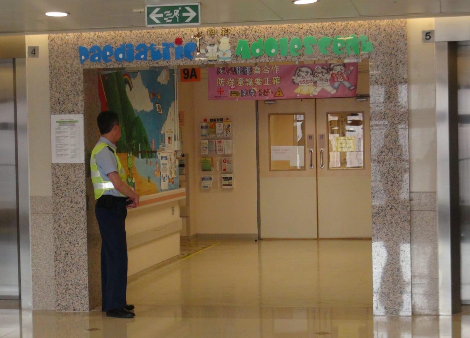 兩名小童現留醫明愛醫院兒童病房。 林思明攝