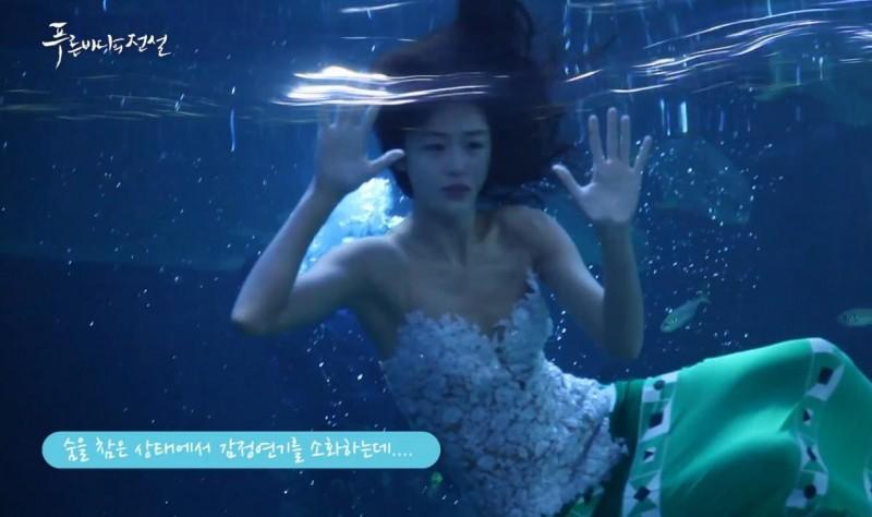 全智賢在《藍海傳說》的中,不時在水中演戲。