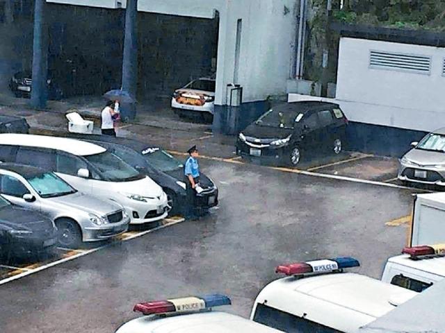 當事人去年曾在警署手持「SORRY SIR」紙牌在停車場跪地。網上圖片