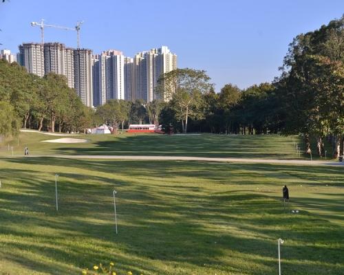 報告指粉嶺高爾夫球場入場費及設施費用不菲,一般市民難以負擔。資料圖片