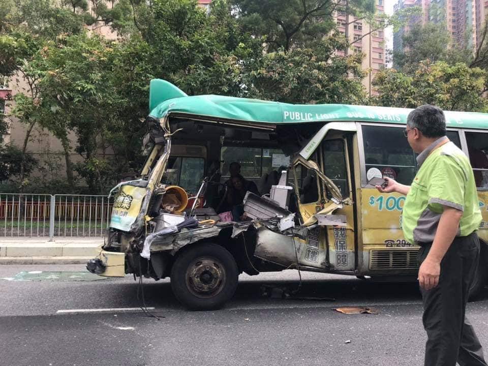 涉事小巴嚴重損毀。 香港突發事故報料區FB/網民Nelson Chan圖