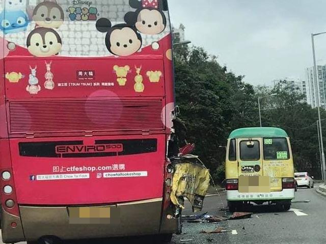 專線小巴與一輛雙層九巴相撞。 香港突發事故報料區FB/網民Nelson Chan圖