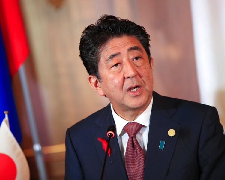 日本首相安倍晋三在临时内阁会议上宣布加消费税消息。资料图片