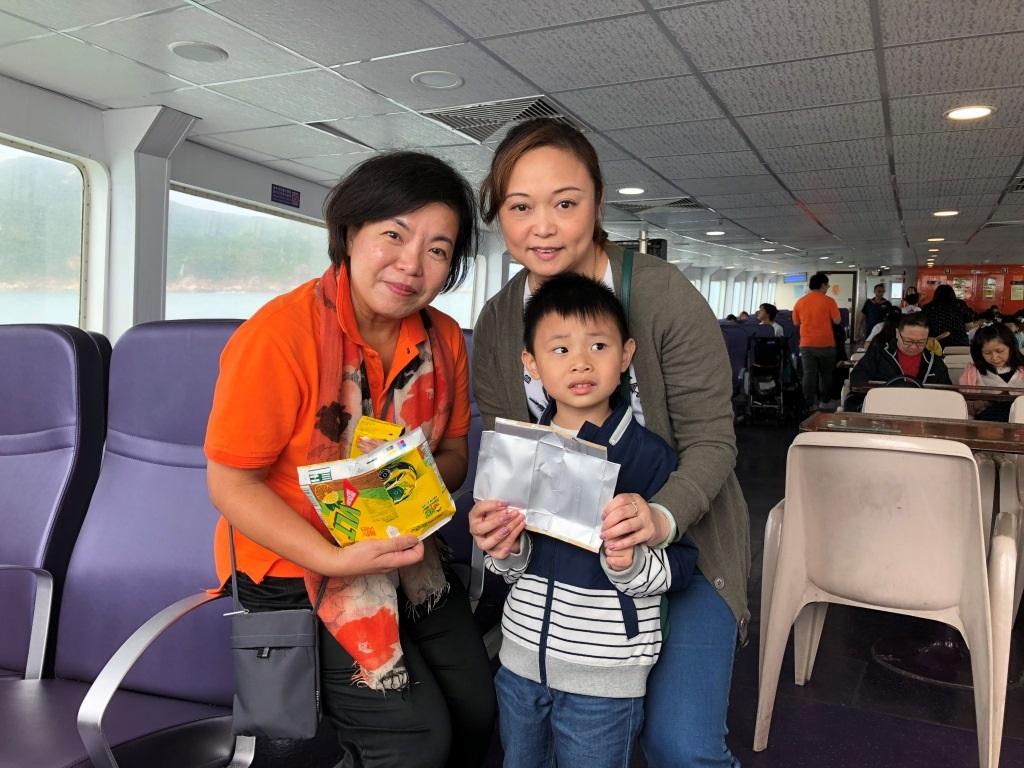 新渡輪義工與乘客一同參與紙包盒回收。