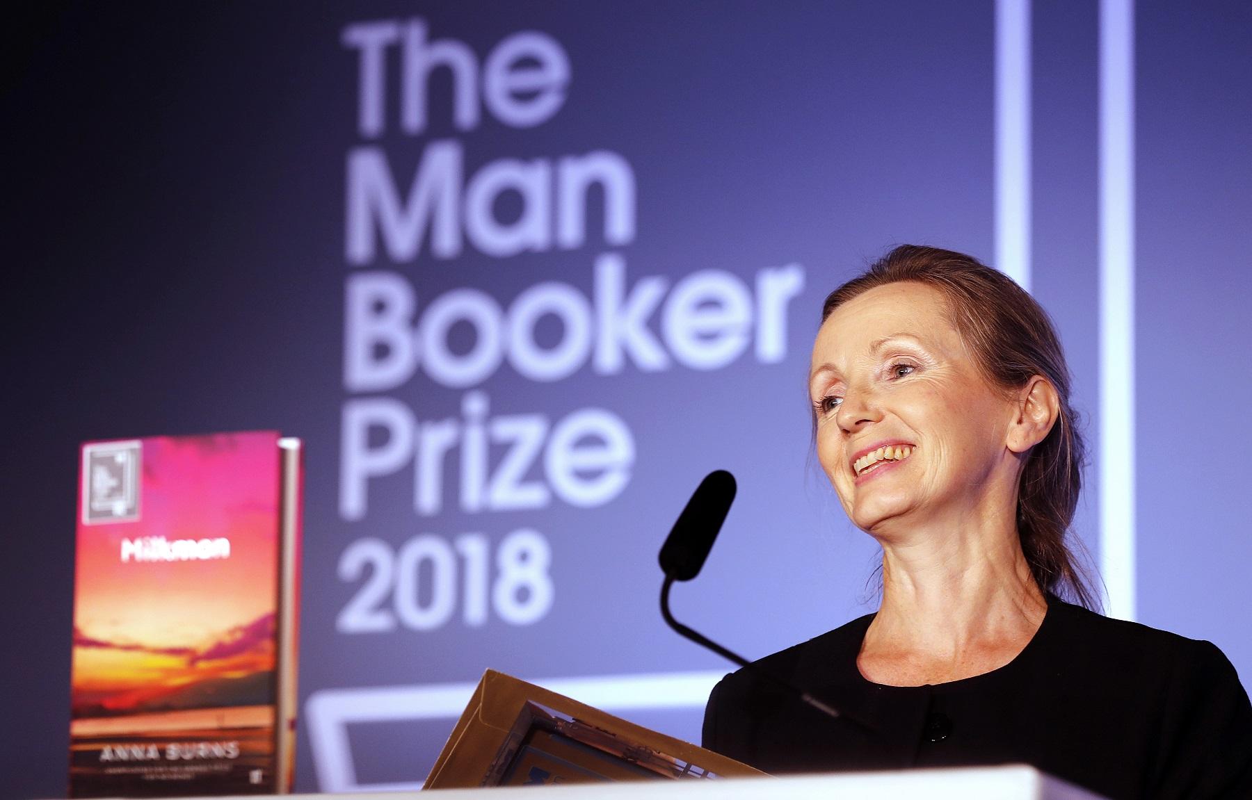 伯恩斯凭小说《送牛奶的男人》获颁英国「曼布克奖」。