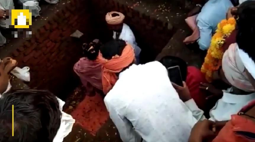 印度男子哈洛相信只要活埋3天后即可「复活成神」,被救出后怒骂警方。网上图片