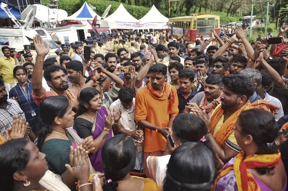 薩巴里馬拉神廟開放所有婦女入廟,引起男信徒不滿。AP