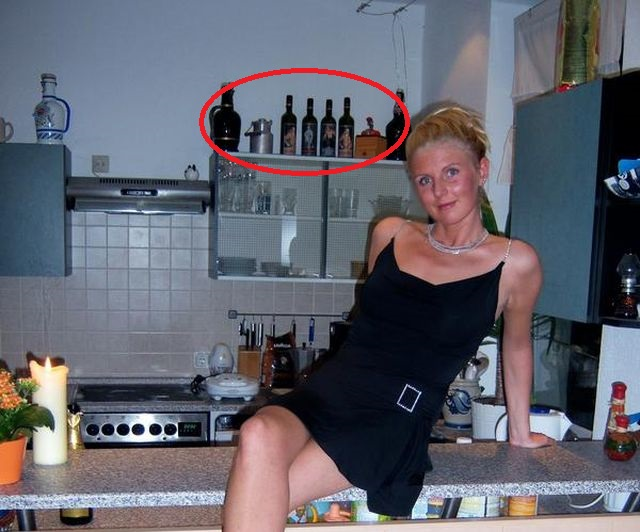 比耶斯曼穿上黑色低胸短裙,坐在一批印有希特拉肖像的酒瓶前拍照。网上图片