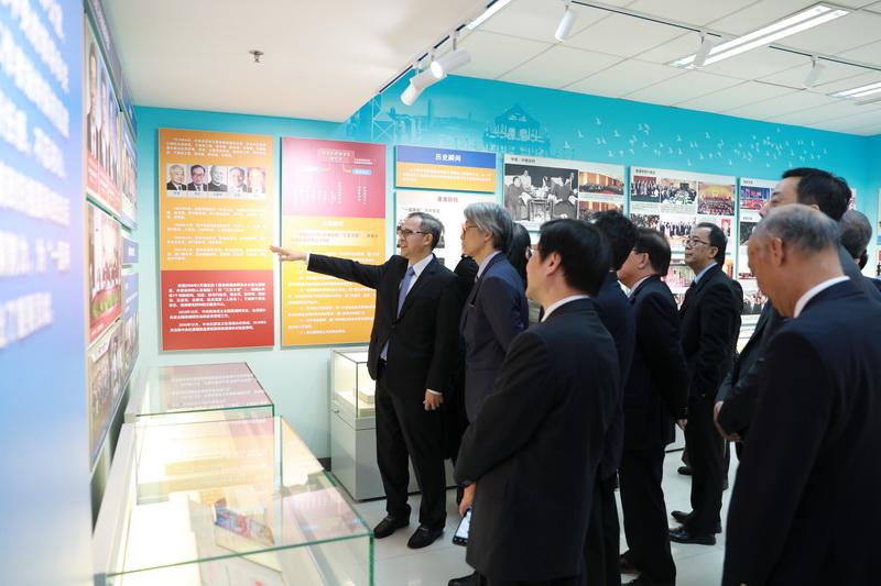 訪問團參觀國務院港澳事務辦公室辦史展。