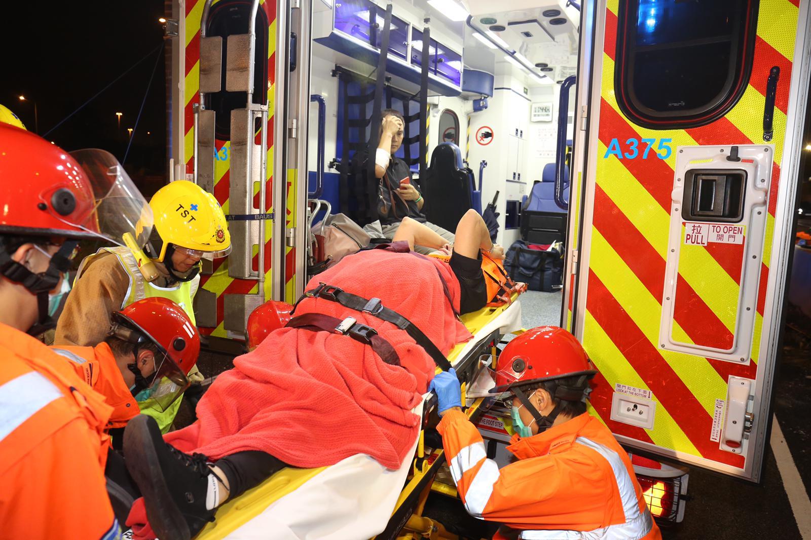 受傷遊客夫婦由救護車送院。徐裕民攝