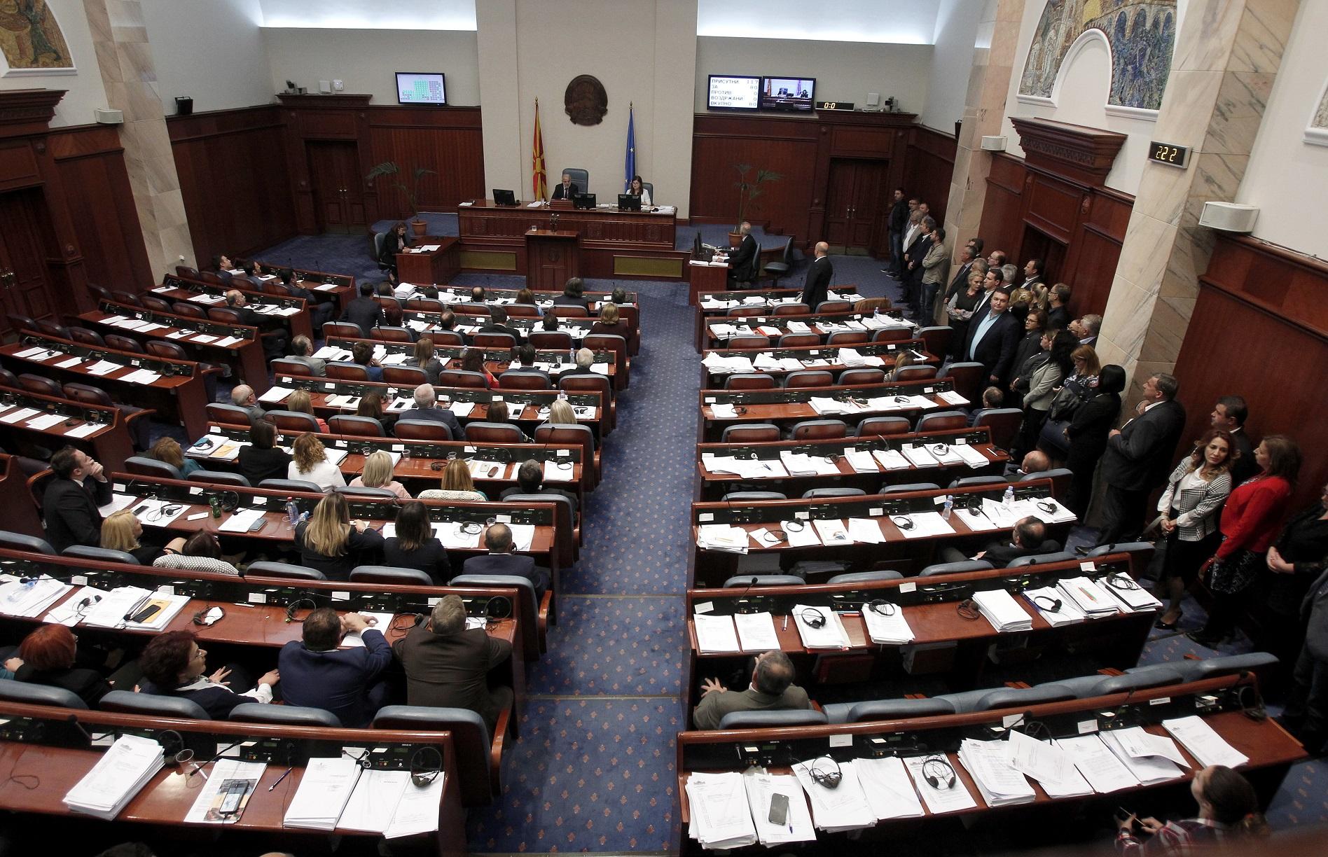 马其顿国会通过更改国名为北马其顿共和国。