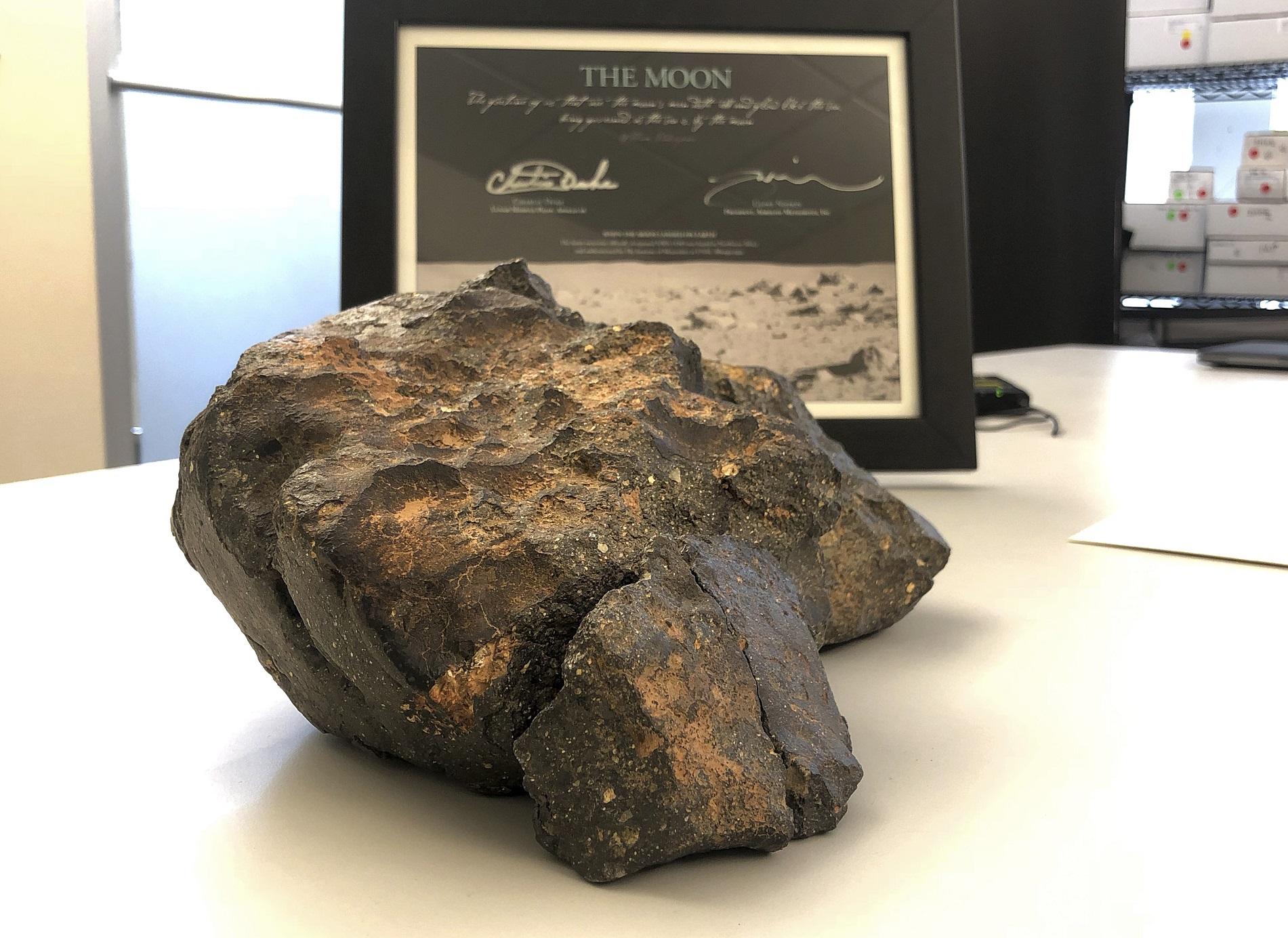 有「月球之谜」之称的月球陨石以近480万港元成交。