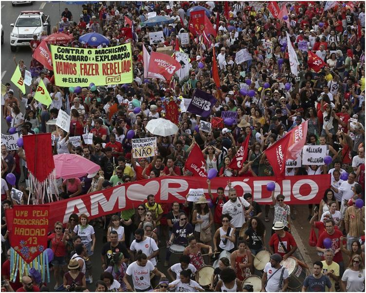 大批示威者高叫「不要他!」以及其他反对博尔索纳罗的口号。
