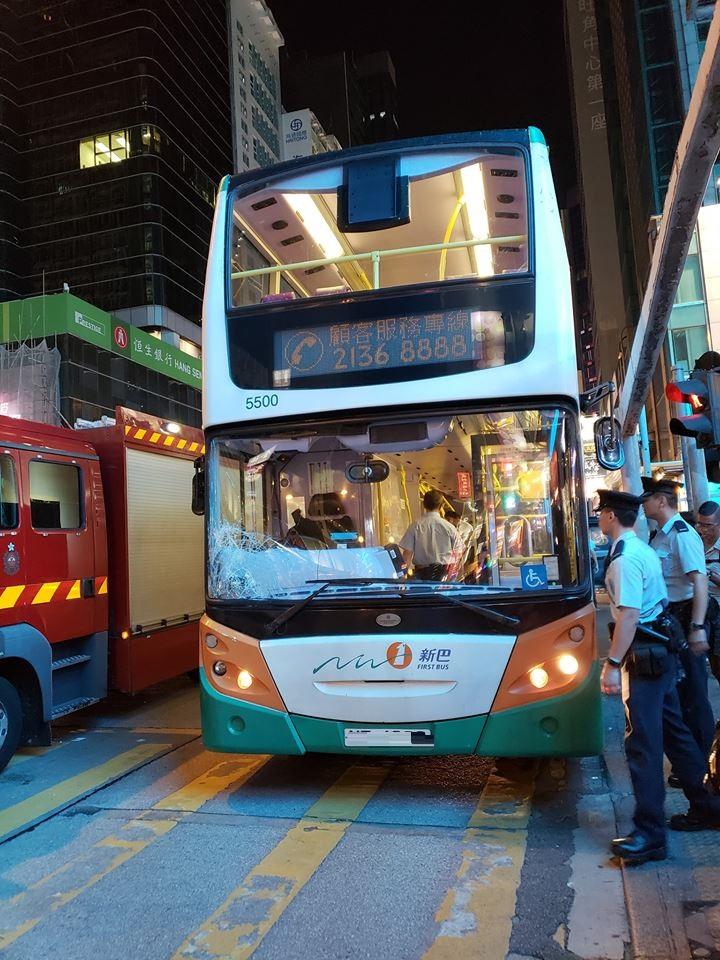 警員登上巴士調查。網民Stephy Chan圖片突發事故報料區