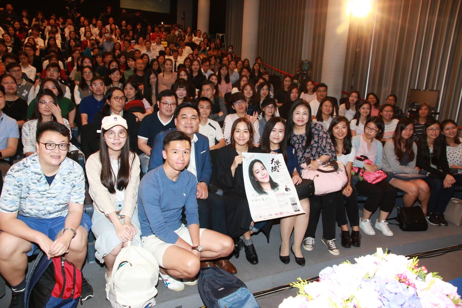 林嘉欣出席講座與大學生對談。