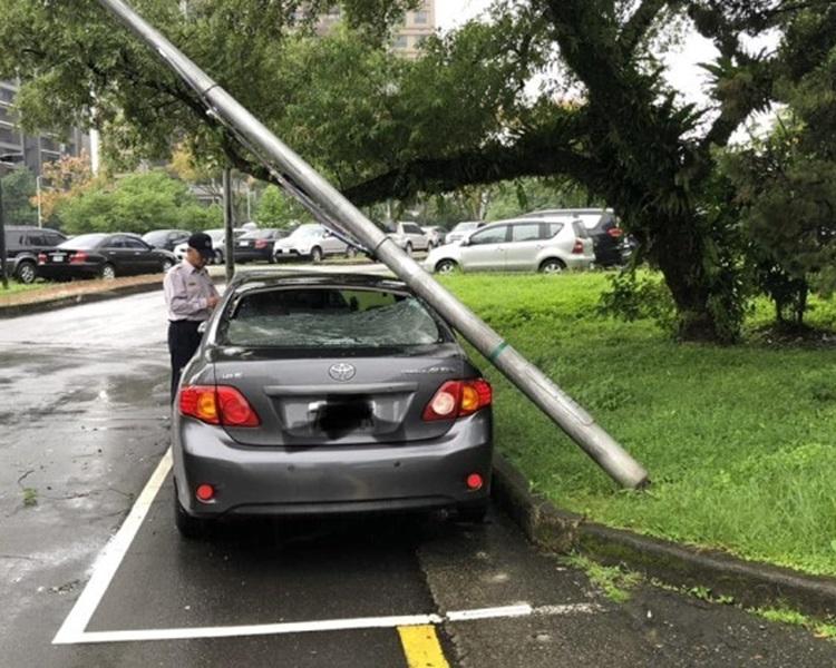 台北有橙柱倒下,壓中私家車。網上圖片