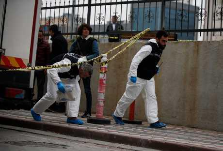 土耳其调查人员调查一辆属于沙特阿拉伯领事馆的汽车。