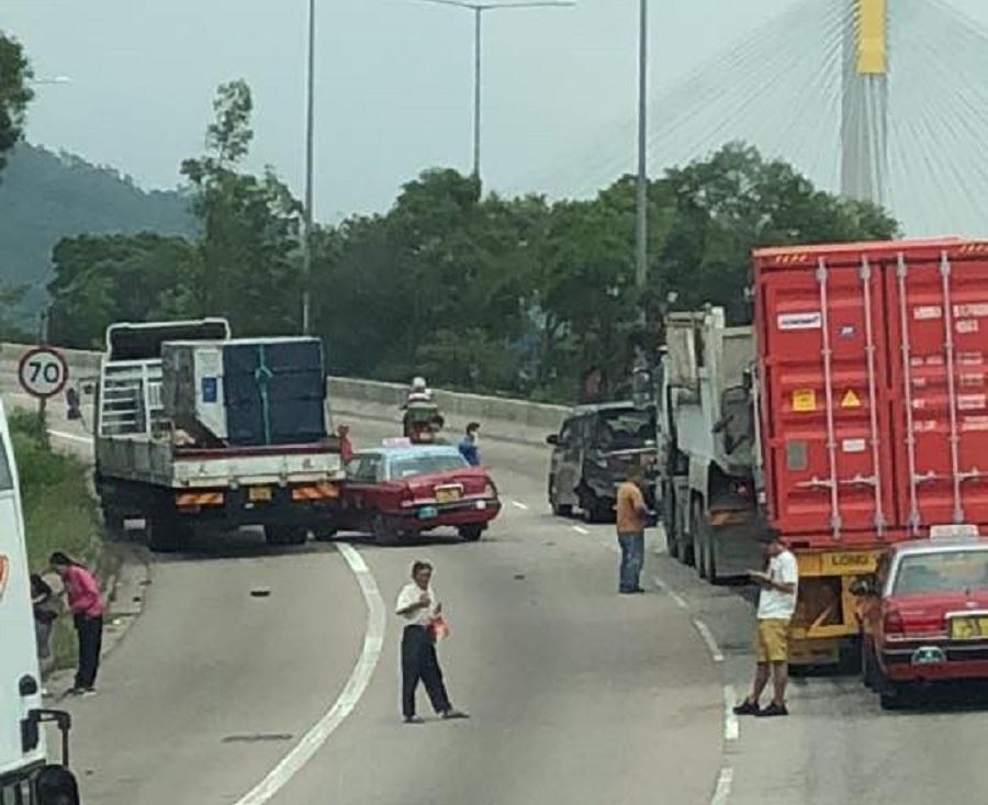 屯門公路6車意外。交通突發報料區網民Tommy Tang 圖片