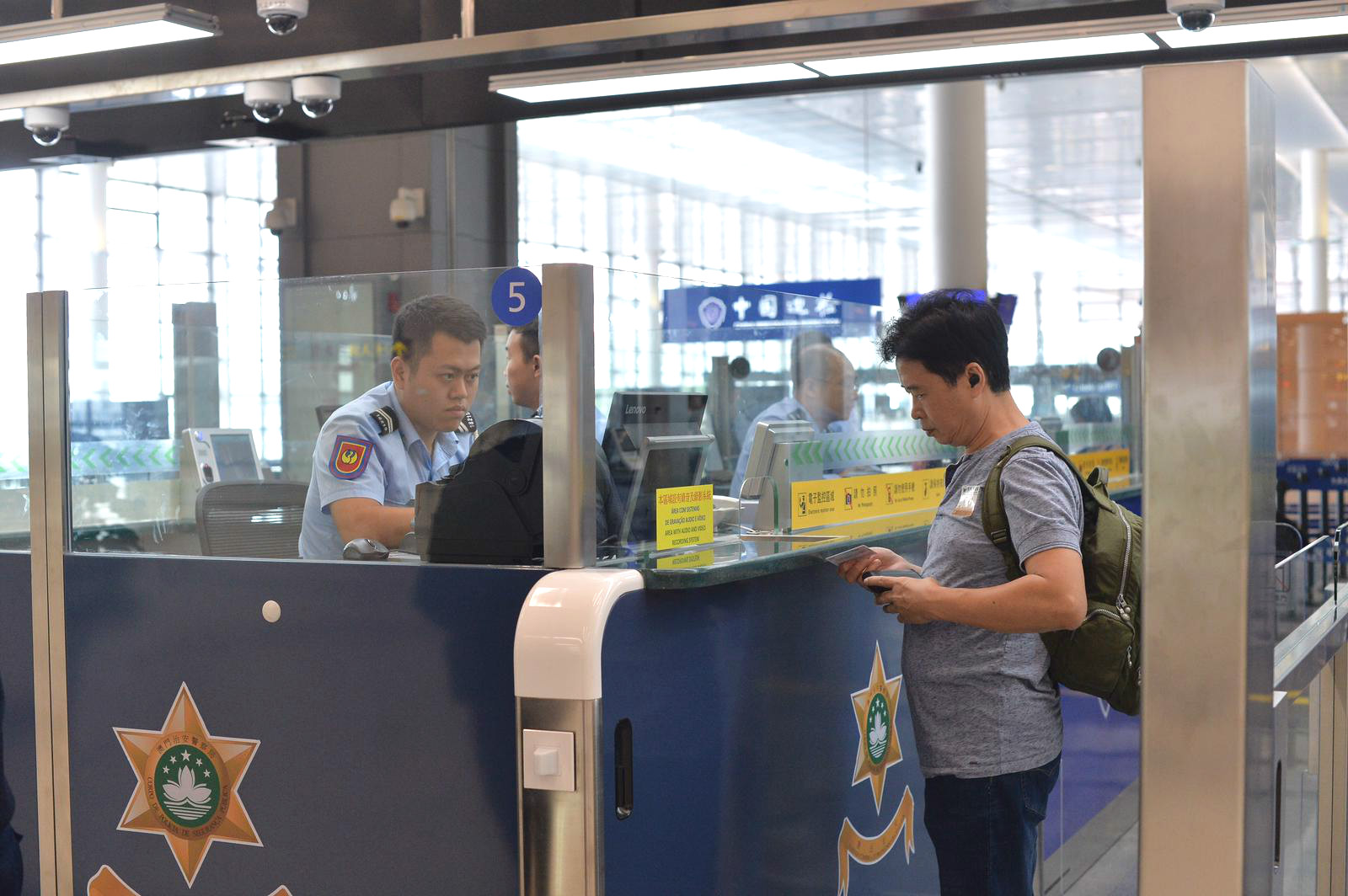 有旅客辦理出入境手續。