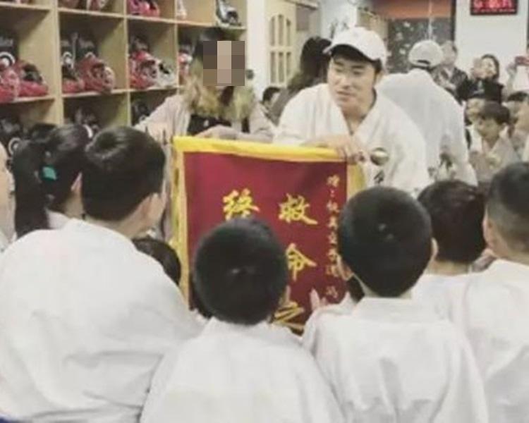 女子向馮保輝送上錦旗。網上圖片