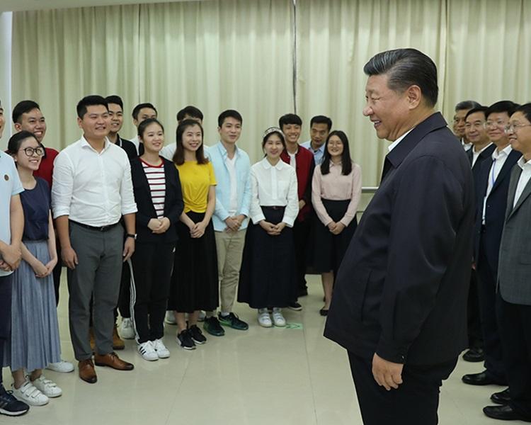 習近平與學生交流。新華社圖片
