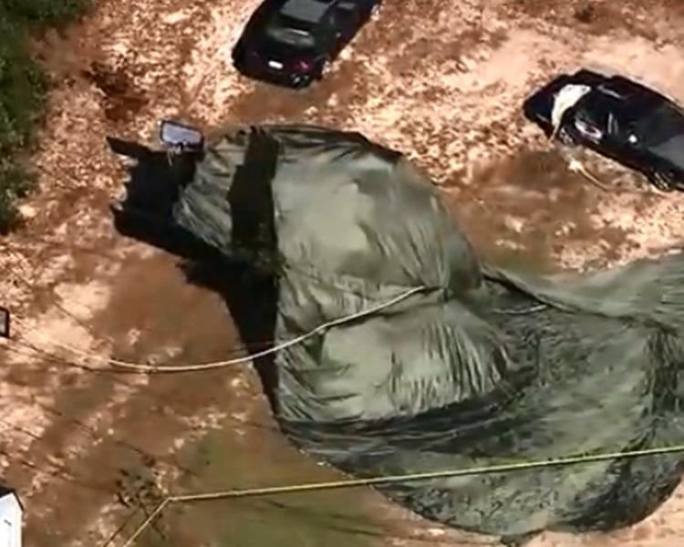 美軍運輸機錯誤空投「悍馬」軍車落森林區。