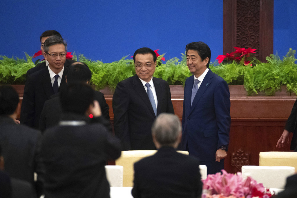 安倍晉三和李克強一同出席《中日和平友好條約》締結40周年紀念活動。AP圖片