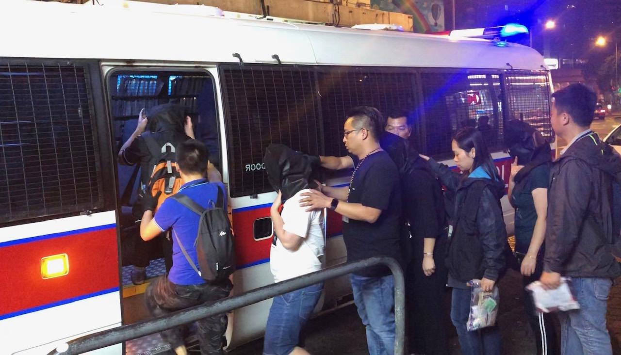 被捕男女現正被扣留調查。